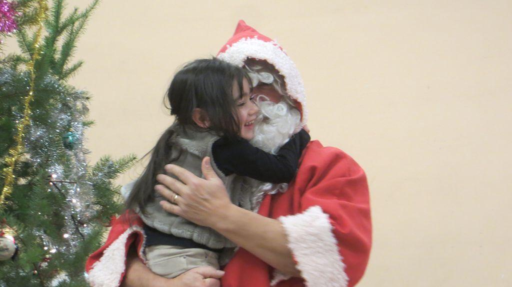 Les enfants témoignent beaucoup d'affection pour ce vieux monsieur